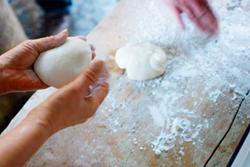 >粘りとコシが強く、なめらかな味わいで様々な料理に最適